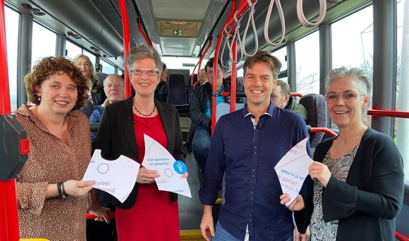 Michael Daenen samen in de bus met een bont gezelschap van professionals en ervaringsdeskundigen op gebied van oncologie.