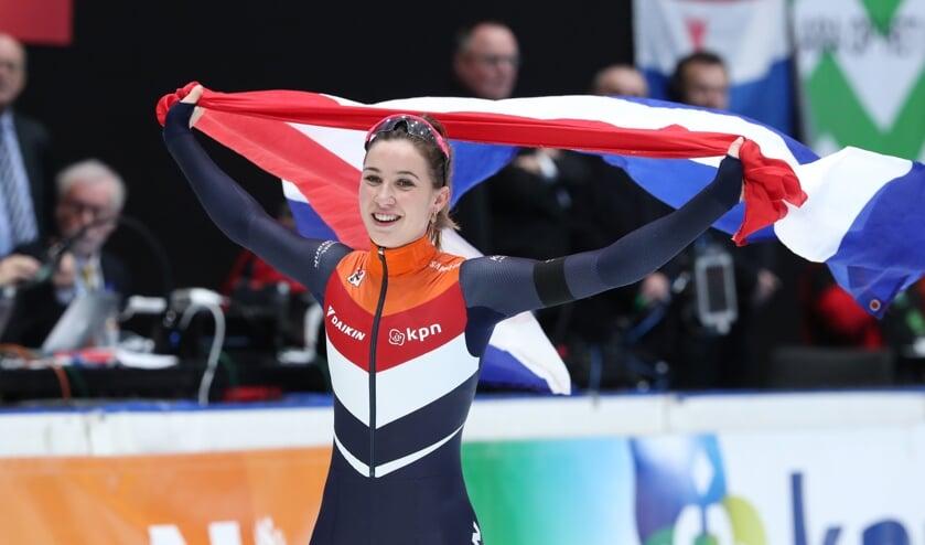 Suzanne Schulting laat de Nederlandse driekleur wapperen. ,,Al voor de superfinale zeker zijn van de titel, dat deed me echt wat.'' (Foto Timsimaging)