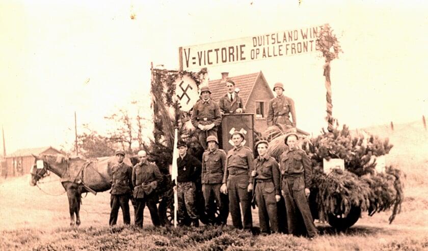 Bergenaren drijven de spot met de verdreven bezetter op het bevrijdingsfeest in 1946. Midden op de wagen een nep-Hitler.