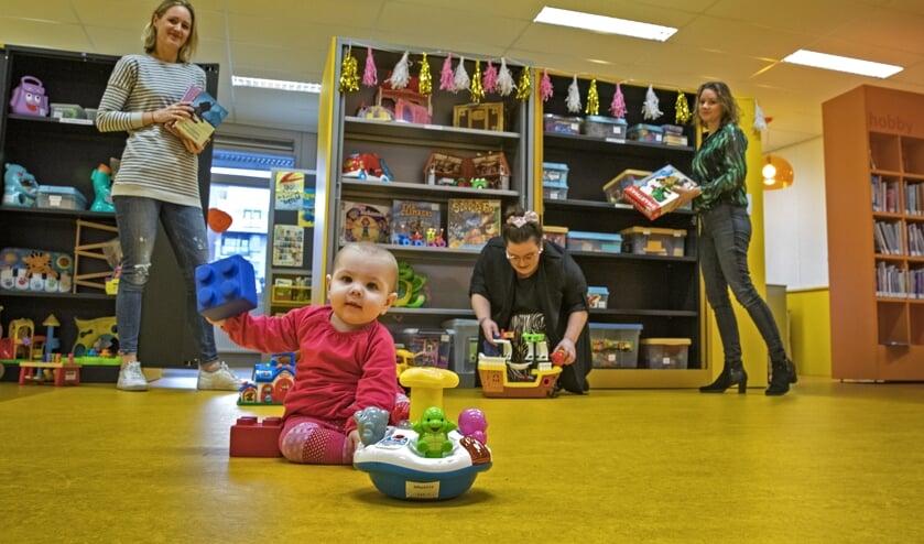 Elivia heeft het naar haar zin in de nieuwe speelotheek in bibliotheek Kersenboogerd. Op de achtergrond Iris de Snaijer, Daphne Spil en Leonie Borgemeester (v.l.n.r.).