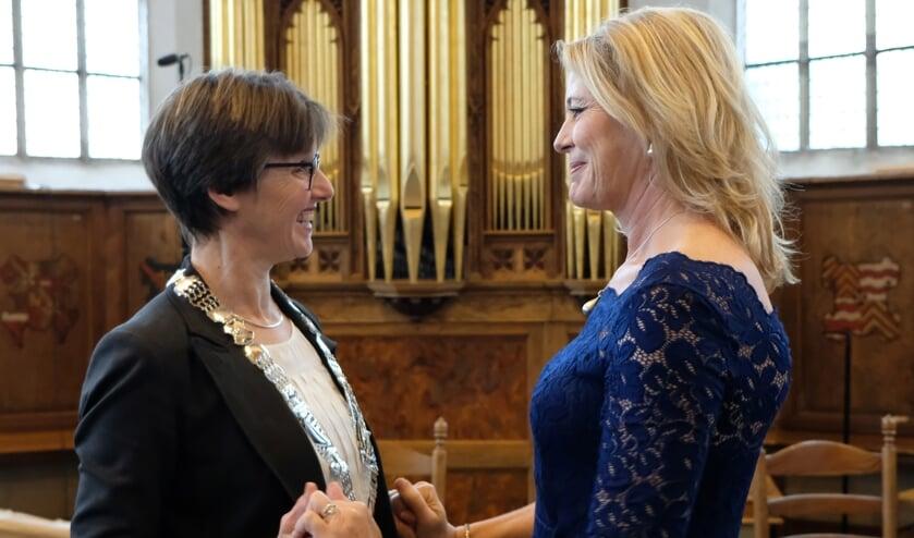 Luzette Kroon draagt de ambtsketen over aan loco-burgemeester Astrid van de Weijenberg,