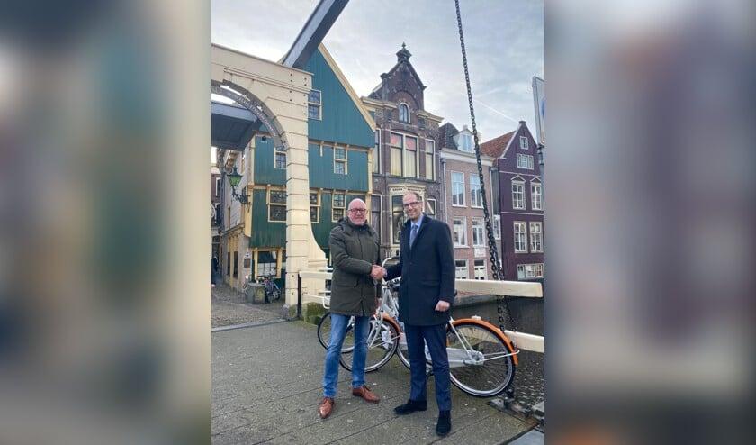 Ger Welbers en Gideon Nijemanting beklinken de samenwerking
