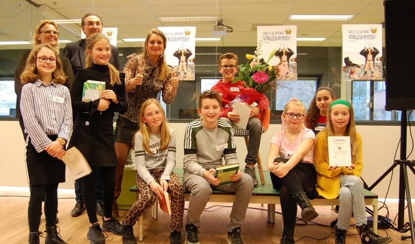 Op de foto de juryleden Frans Bergfeld (directeur Bibliotheek), Sharon Engers (Leerkracht MBO en Thea Taal), Ingeborg Kuijpers (coördinator VoorleesExpress Edam-Volendam) en alle deelnemers van de lokale Voorronde Nationale Voorleeswedstrijd 2020 met in het midden winnaar Maxim Kooij.