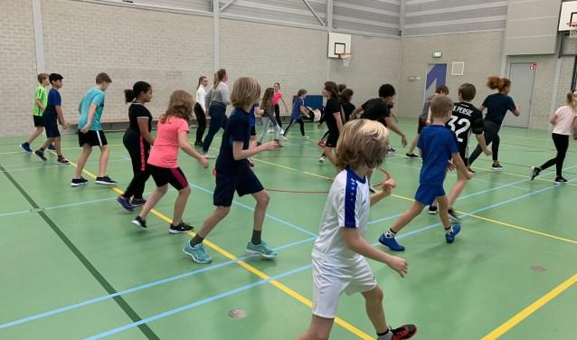 Kinderen leren voorafgaand aan Heel Hoorn Danst tijdens drie gymlessen de basis van de chachacha.