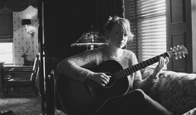 Stephanie Struijk schrijft persoonlijke verhaaltjes in liedjes.
