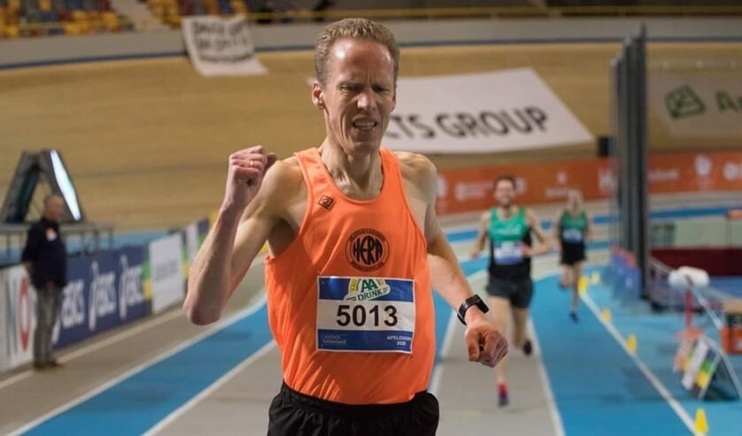 Ruud Beerepoot winnend over de finish op de 3.000 meter.
