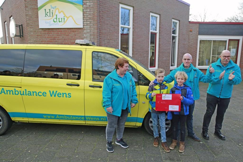 Joep en Marniq uit groep 5/6 overhandigen de donatie. (Foto: Theo Annes) © rodi