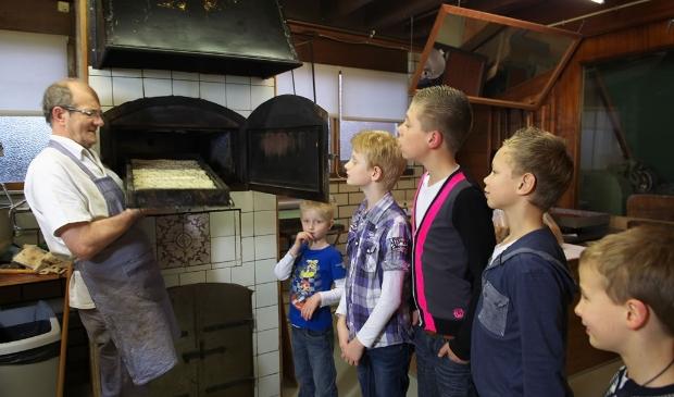 Theo Spil vertelt graag over de historie van de bakkerij.