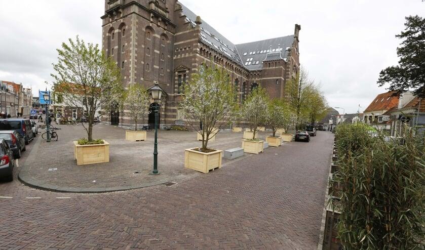 Het Kerkplein ziet er in juni 2020 heel anders uit: het plein wordt gelijkvloers, krijgt bomen, bankjes en een waterelement.