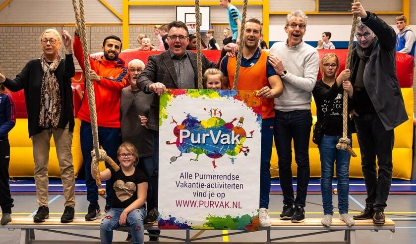 De vertegenwoordigers van Wherelant, Spurd en Clup Welzijn, alsmede Mario Hegger, toerden per Buzz naar de locaties. Zoals hier in sporthal De Vaart.