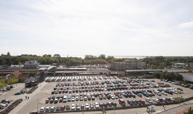 De komende maanden werkt het college uit op welke manier de parkeeropgave in en om het stationsgebied zo goed en efficiënt mogelijk ingevuld kan worden.