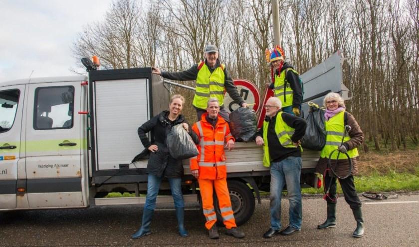 Veel vuilniszakken werden gevuld langs de weg.