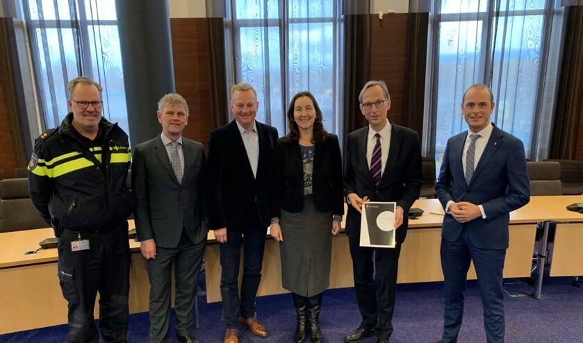 Een vertegenwoordiger van de politie, met de burgemeesters Smit, Baltus, Dales en Goedhart en Marc Janssen, communicatiemanager van Meld Misdaad Anoniem.