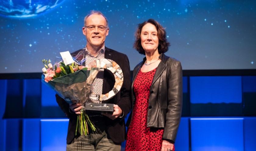 Provincie Noord-Holland wint Circular Award Public 2020. Marten de Vries met juryvoorzitter prof. dr. Louise Vet (NIOO-KNAW).