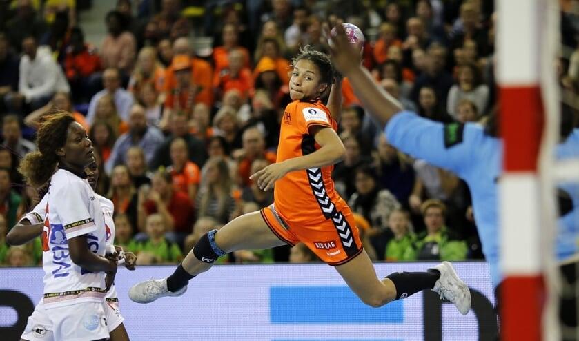 De Heerhugowaardse Delaila Amega in actie voor Oranje.