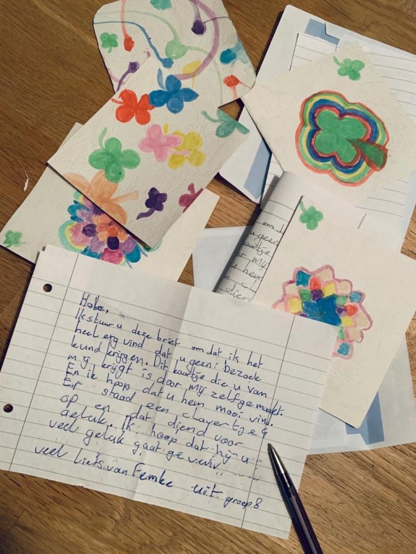 Kinderen uit groep 8 schrijven brieven aan ouderen die geen bezoek mogen ontvangen. Foto: Rodi Media/YvdD © rodi