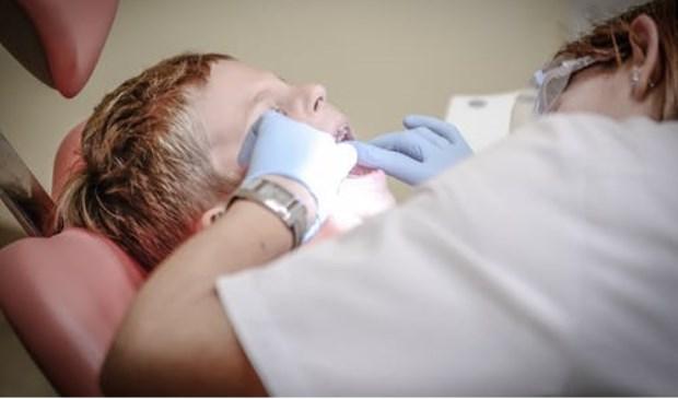 Jonge patiënt met kiespijn krijgt een tandartsbehandeling.
