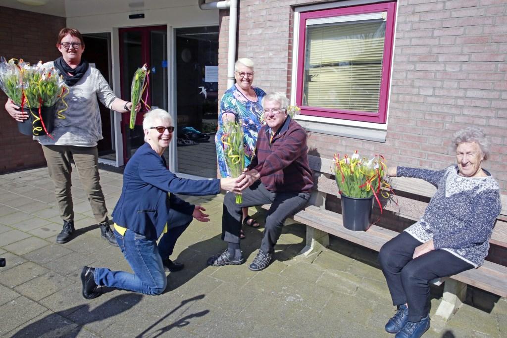 Alle bewoners van BuitenZorg waren blij met het bloemetje. (Foto: Theo Annes      06 53328812) © rodi