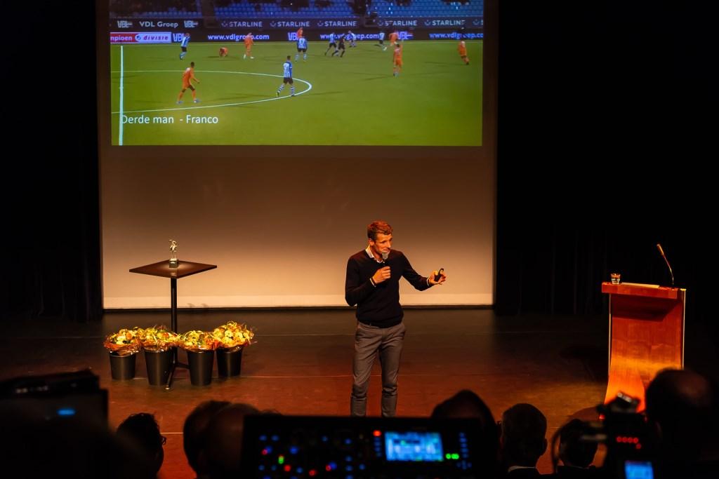 Wim Jonk tijdens zijn presentatie over FC Volendam.  (Foto: Han Giskes) © rodi