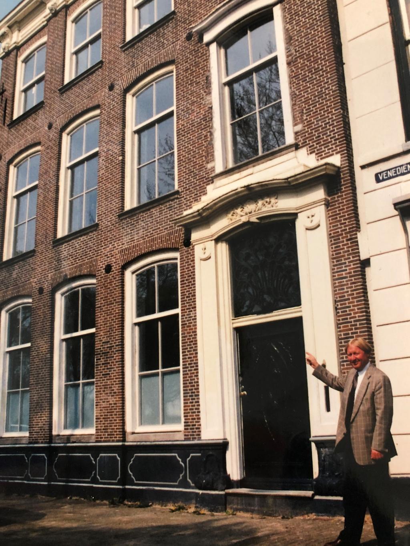 Grondlegger Joop van Overbeek voor het rijksmonument aan de Bierkade 9 in Purmerend. Het was het eerste object dat hij verkocht; voor 125.000 gulden. In die tijd een mooi bedrag. Nu is het pand het 15-voudige waard.  (Foto: aangeleverd ) © rodi