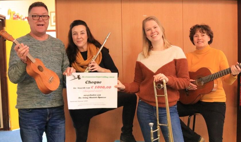 Stichting Muziek Opmeer kreeg een cheque van 1.000 euro.