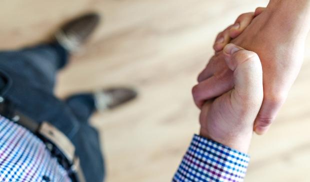 Doel van de tijdelijke woningen is ook meer contact tussen jong en ouder. Nu even niet door het geven van een hand, maar op afstand...