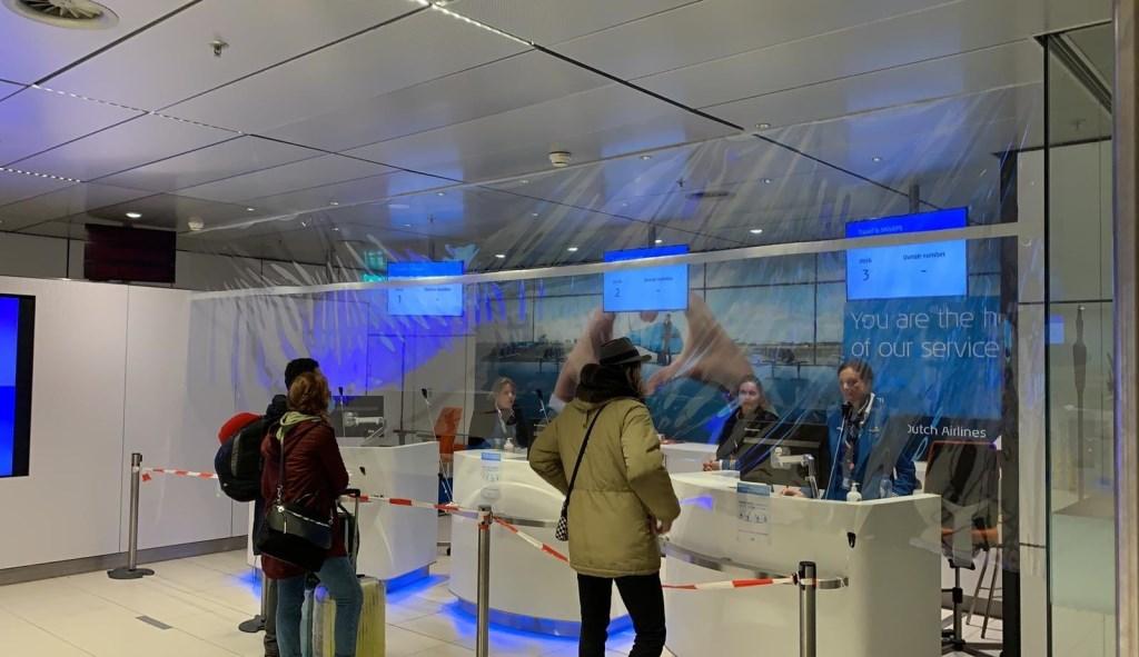 Balies op luchthaven Schiphol worden afgeschermd met beschermingszeil van ESVO uit Volendam.   Foto: aangeleverd  © rodi