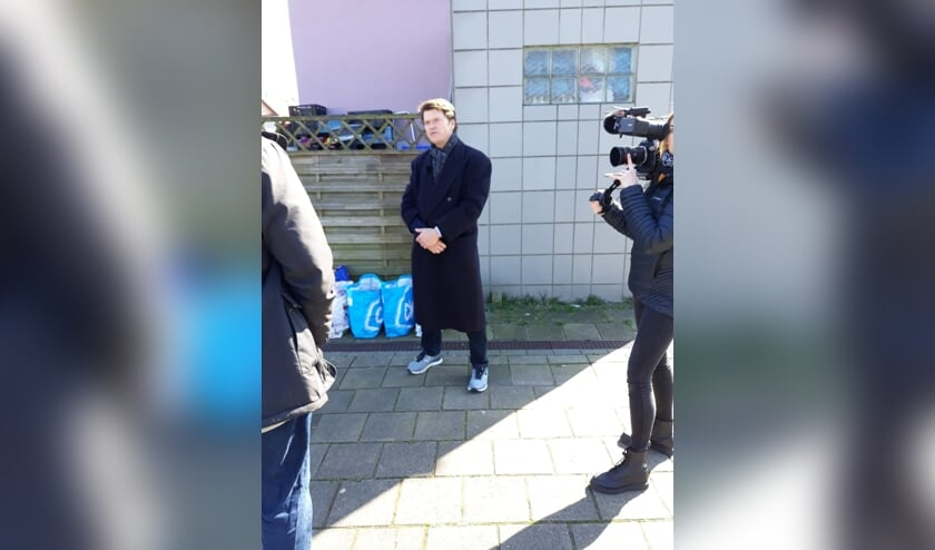 Tv-maker Beau van Erven Dorens maakt opnamen in Floradorp.