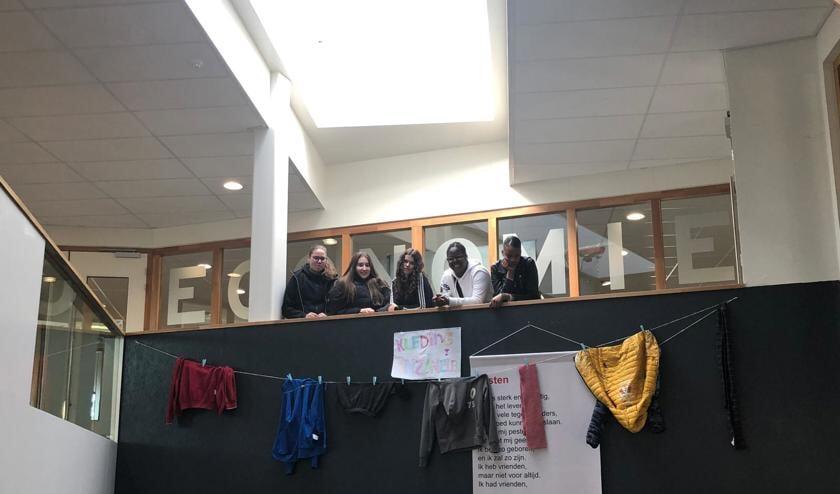Rachelle, Chantal, Fleur, Shania, Paigely en Danisha van SG Gerrit Rietveld met een deel van de kleding die er is opgehaald.
