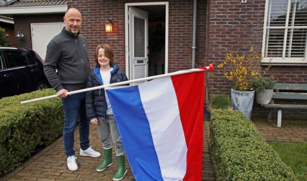 Stefan en zijn zoontje hingen vrijdagochtend de vlag uit als steunbetuiging.