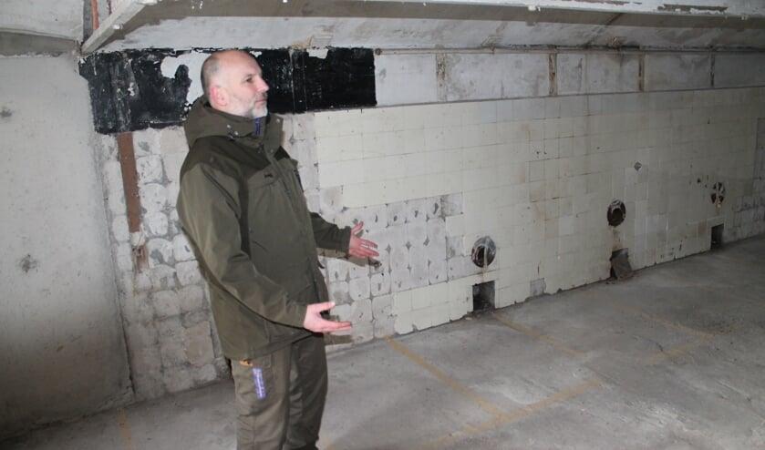 Rob van Dam toont een van de ruimtes die tot hotelkamer wordt omgetoverd.