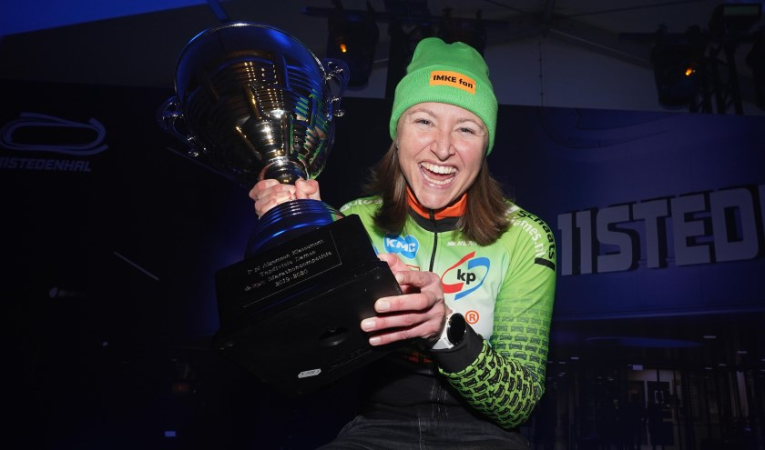 Imke Vormeer schreeuwt het uit van vreugde na haar eindzege in de KPN Marathon Cup. ,,Ik ben echt supertrots.'' (Foto's Timsimaging)