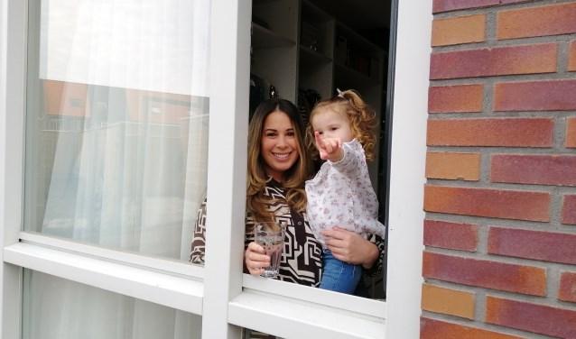 """Bij gebrek aan een tuin of balkon stond Nathalie met haar nichtje Sienna om tien uur 's ochtends bij het raam. """"Het gaat nu om saamhorigheid."""""""