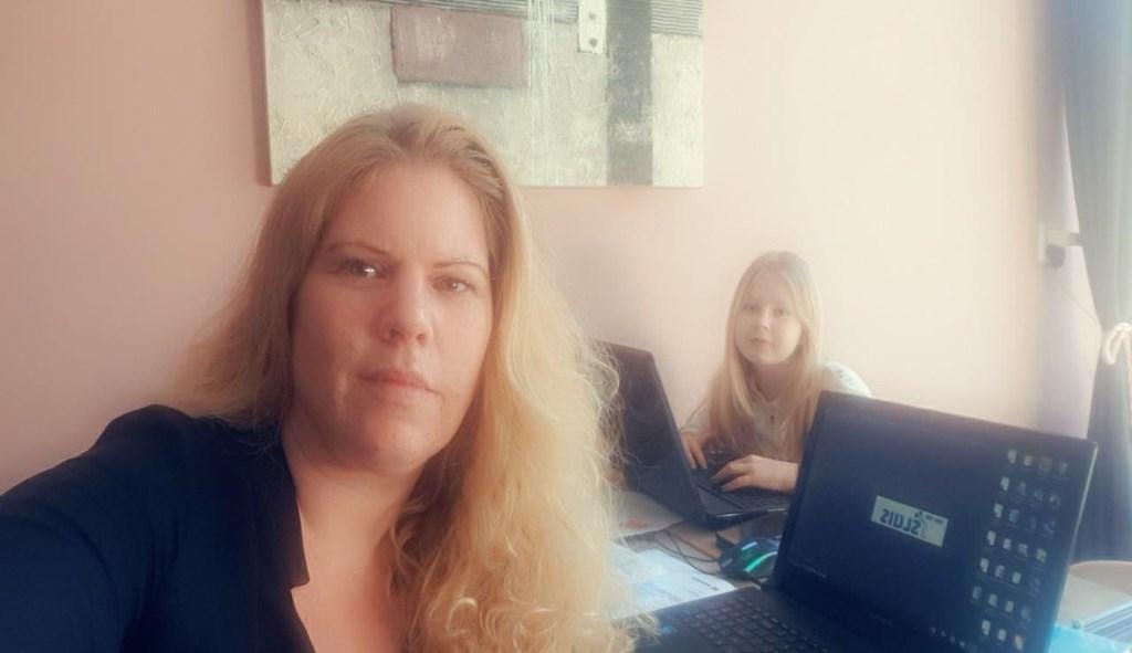 Patricia van der Vliet met haar dochter in de woonkamer aan het werk. Selfie: Patricia van der Vliet © rodi