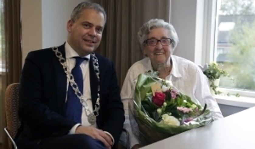 Dennis Straat complimenteert de Landsmeerders die opstaan om hulp te bieden.