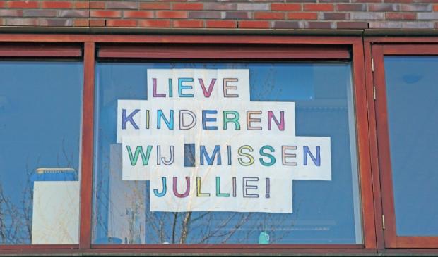 De juffen en meesters van obs Atalanta laten via een lieve tekst op het raam van de school weten dat ze aan de kinderen denken.