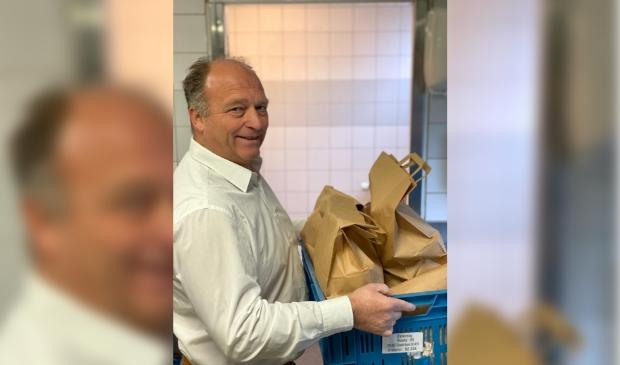 Handen uit de mouwen in de horeca, ook voor eigenaar Ruud Keinemans bij het leveren van thuismenu's.