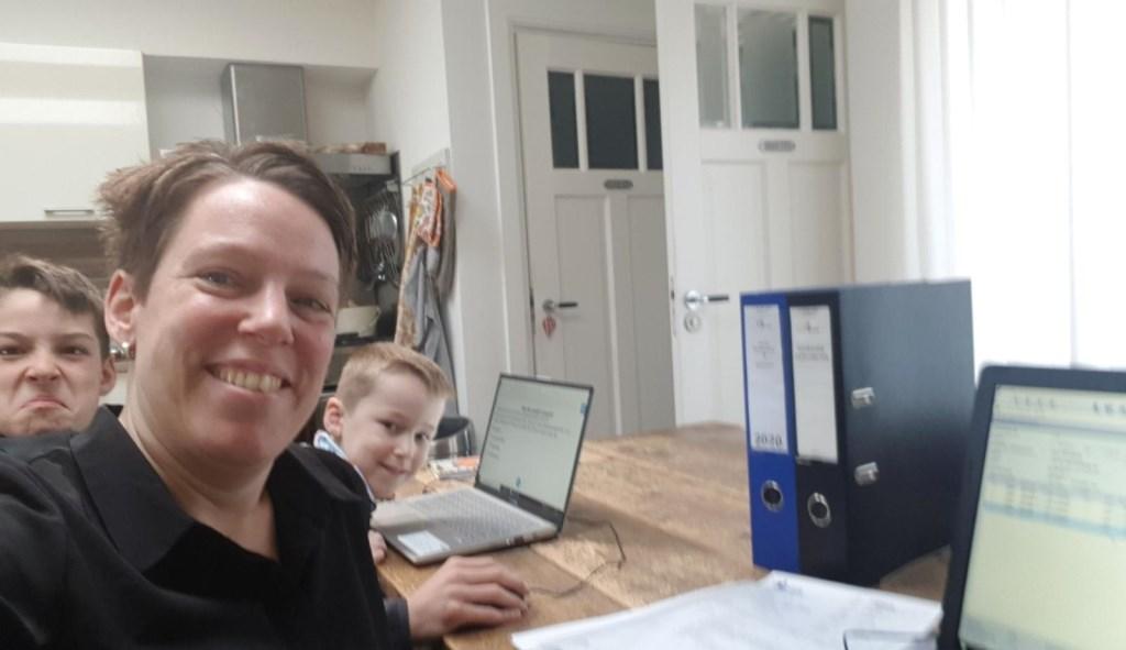 Barbara Eppenga werkt vanuit huis met naast haar de kinderen.  Selfie: Barbara Eppenga © rodi