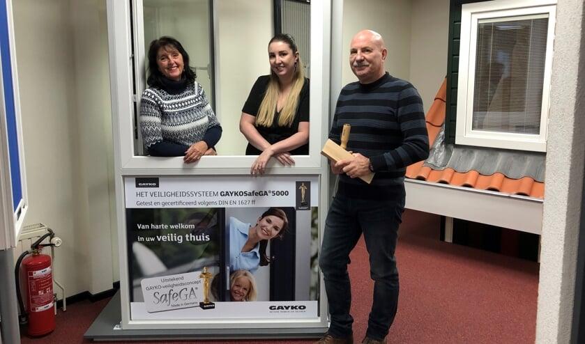 Dorien, Tessa en Marcel Mastenbroek bij de testopstelling van Gayko.