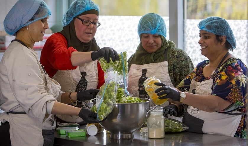 Koken voor kwetsbare ouderen Overdie. let op, foto is geënsceneerd en er wordt op ruime afstand van elkaar gekookt.
