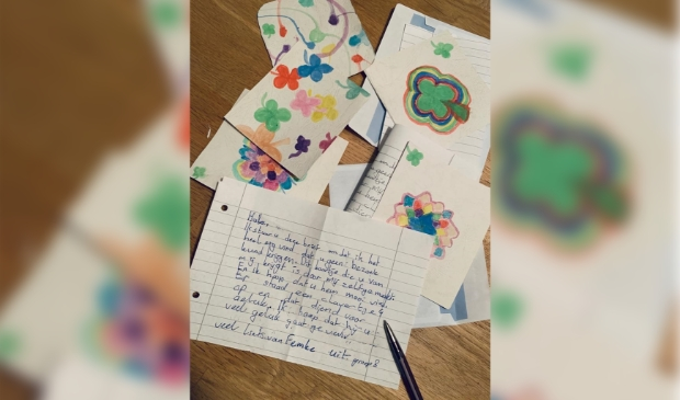 Kinderen uit groep 8 schrijven brieven aan ouderen die geen bezoek mogen ontvangen. (Foto: Rodi Media/YvdD) © rodi