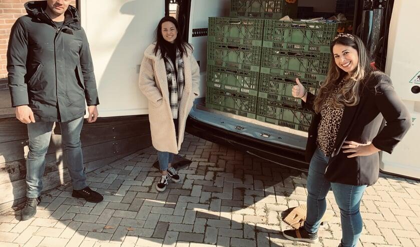 Nathalie (rechts) met Clint en Stella van Beter Kip voor de deur van de voedselbank. .