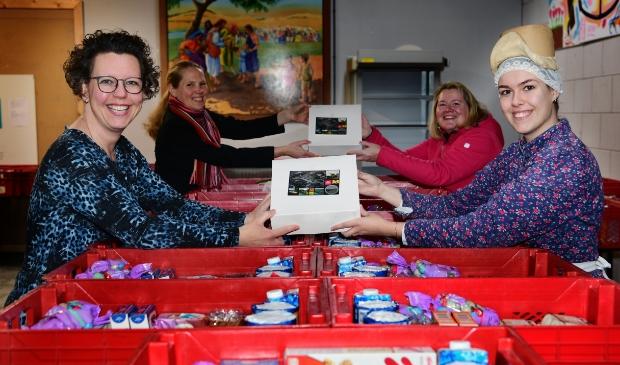 Anniek van Museum BroekerVeiling en Marieke Neesen van Lief Langedijk (rechts) overhandigen de eerste taarten aan Carla van Hoorn en Linda Strijbis van de Voedselbank Langedijk (links op de foto).