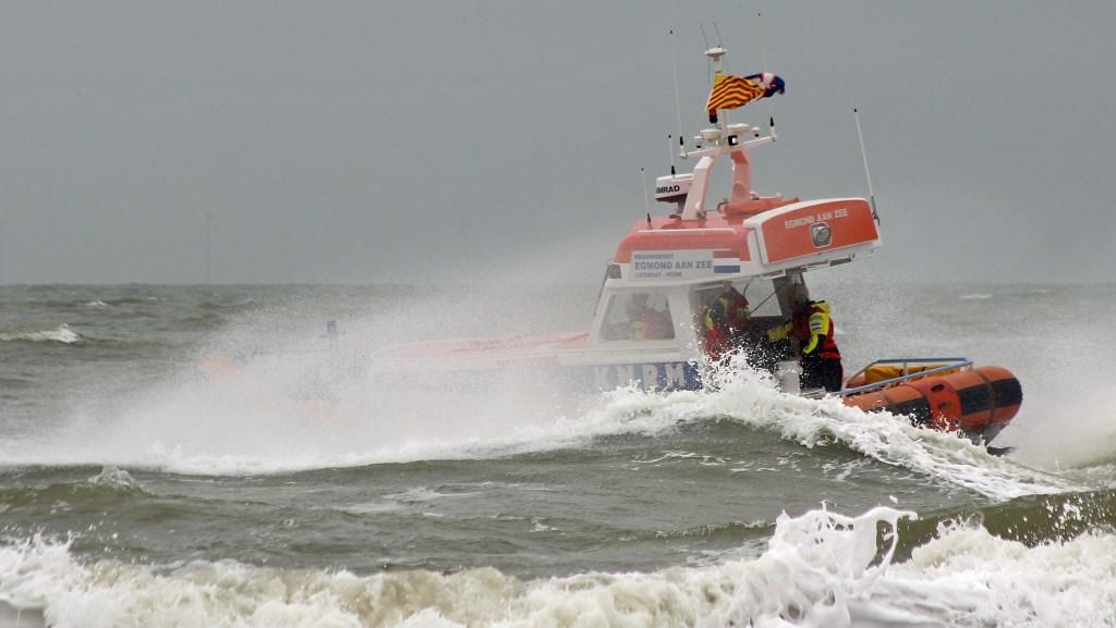 """Melding """"Surfuitrusting aangetroffen op zee"""": reddingboot van de KNRM gaat met spoed de zee op.  © rodi"""