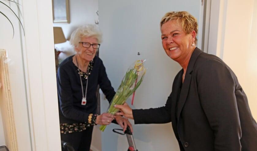 Enthousiasme bij de bewoners, die allemaal een bosjes bloemen kregen aangereikt.