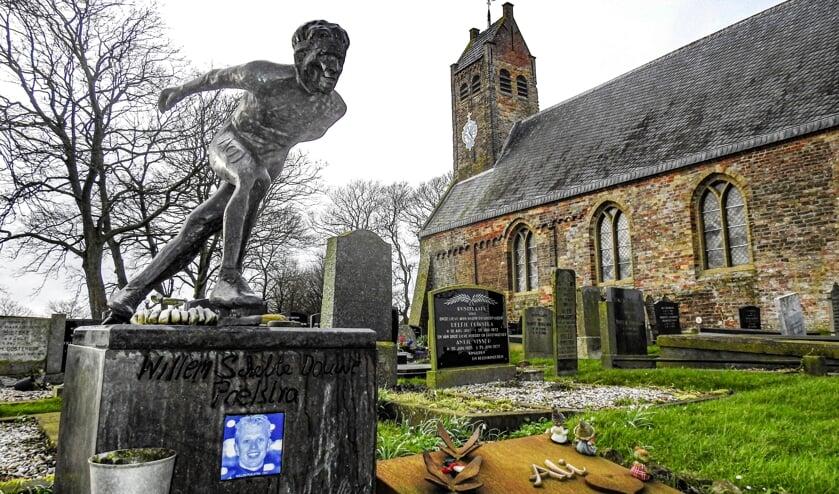 Het graf van Willem Poelstra op de begraafplaats van Hijum. ,,Het hele peloton was er bij de begrafenis. Iedereen.''