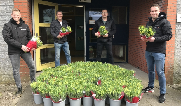 Hoe leuk is dat! Een bos tulpen voor alle medewerkers.