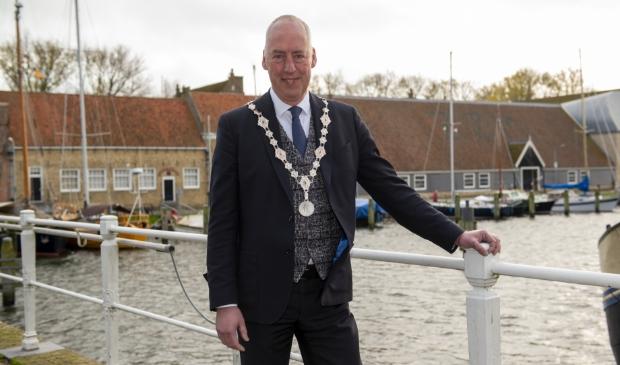 <p>Burgemeester van Zuijlen wordt behandeld voor kanker.</p>