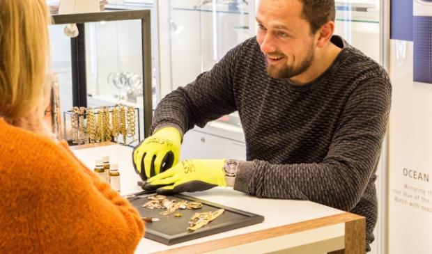 Julian Oosterloo aan het werk in zijn winkel in Monnickendam.