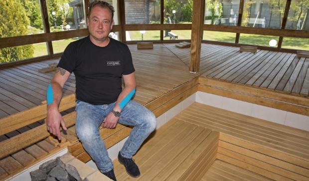 Zefan Wissink laat zien dat je in een 1,5 metermaatschappij niet met veel mensen in een sauna kunt zitten.